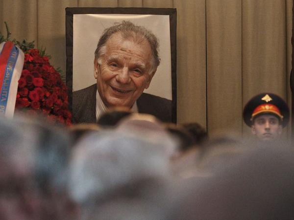 Петербуржцы выстроились в очередь, чтобы проститься с Жоресом Алфёровым