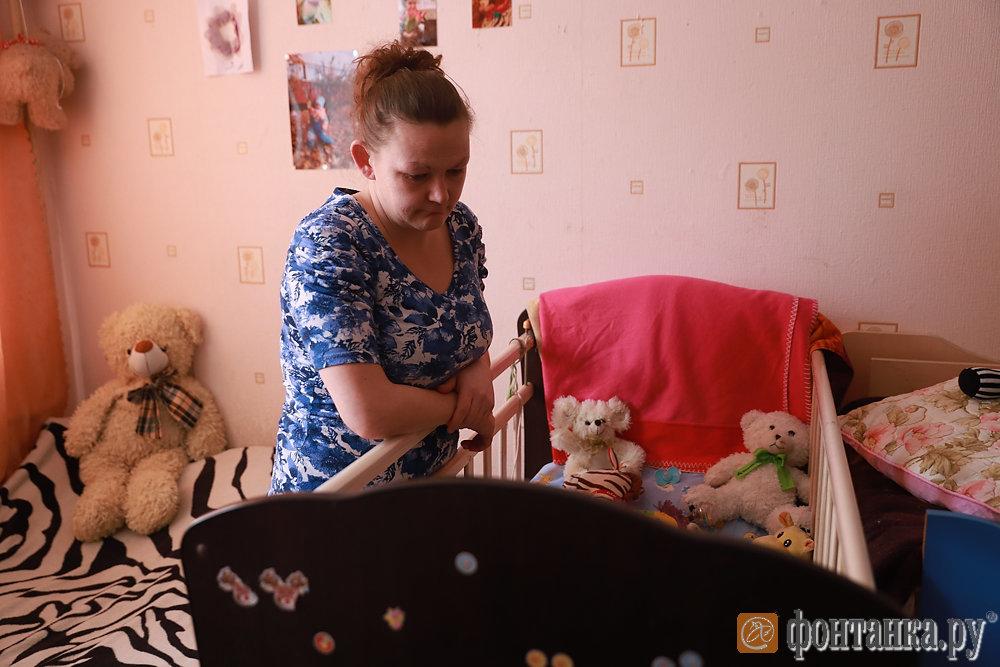Олеся Уткина в своей комнате, где она жила с детьми