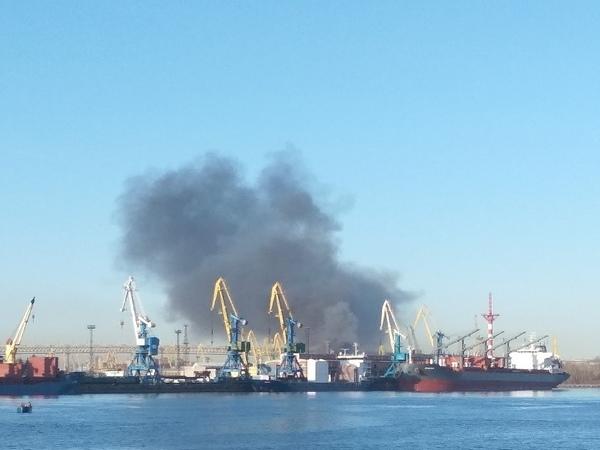 На территории Канонерского судоремонтного завода тушат пожар