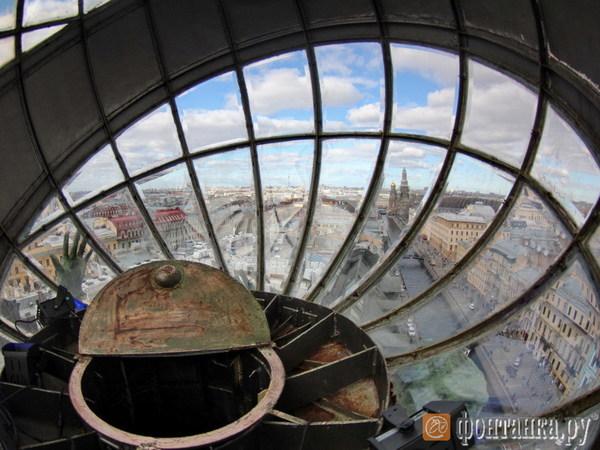 «Фонтанка» забралась в глобус на Доме Зингера. Посмотрите, какой он изнутри и что из него видно
