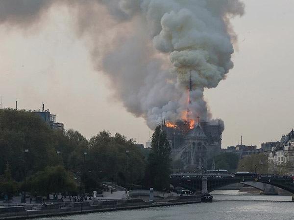 «Сгорела сама история Франции». Как горел Notre-Dame de Paris