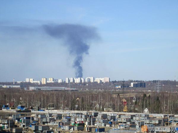 В военной части под Петербургом вспыхнули 200 тонн солярки. Столбом дыма любовались петербуржцы