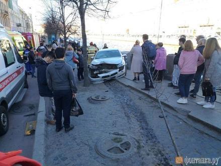 «Снес пешеходов и дерево»: на углу Невского и Фонтанки столкнулись автомобили. Там же дикий «Мерседес» врезался в толпу