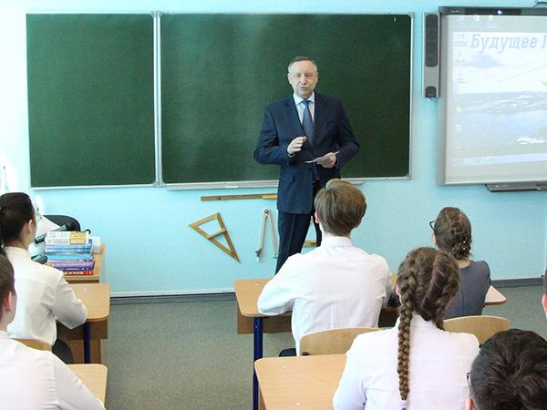Беглов вернулся в школу. «Когда-то сидел на камчатке, учился на тройки и четверки»