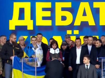Коленопреклонение Порошенко и Зеленского. Как проходили дебаты кандидатов в президенты Украины