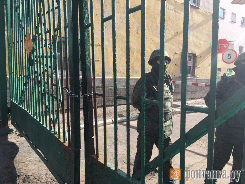 Ворота на территорию по стороны улицы Красного курсанта закрыли на цепь