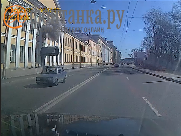 «Фонтанка» показывает момент взрыва в академии им. Можайского. Окно учебного заведения улетело на другую сторону улицы