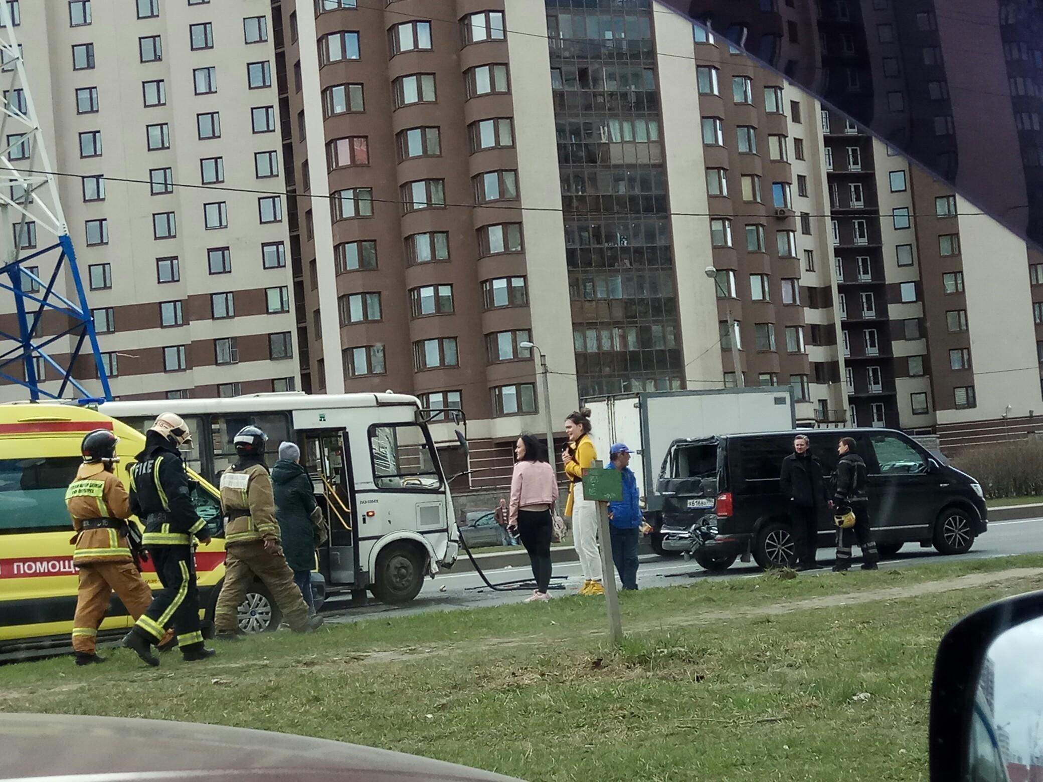«Похоже, пассажир выпал из окна»: на Дунайском маршрутка влетела в минивэн (Иллюстрация 1 из 1) (Фото: фото с сайта vk.com, группа