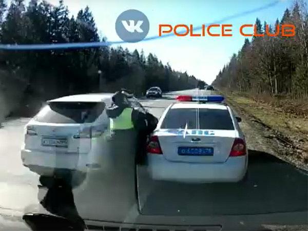 На Киевском шоссе Lexus сбил инспектора ДПС. Сотрудник госпитализирован