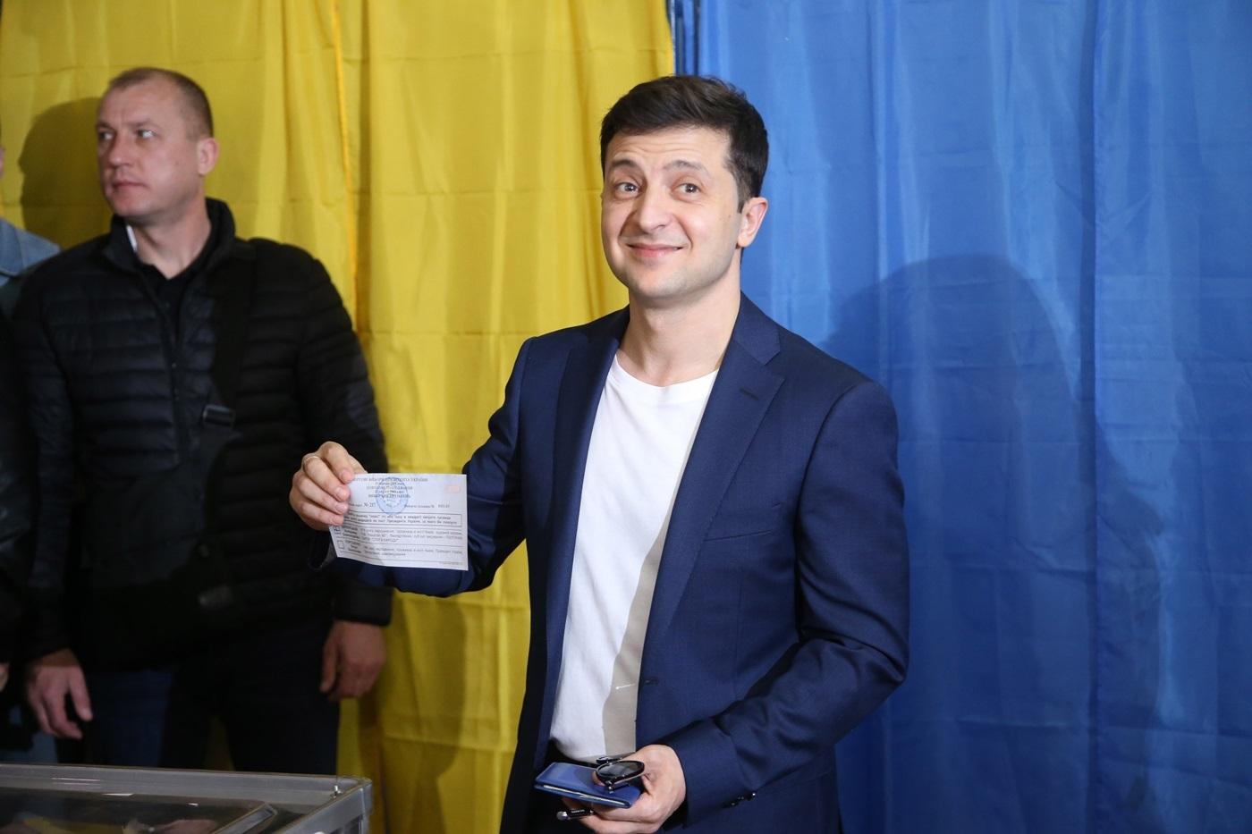Владимиру Зеленскому за это фото грози наказание за демонстрацию бюллютеня