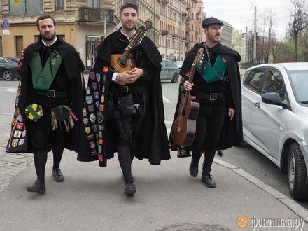 «Нормальные у вас люди». Студенческий ансамбль из испанской глубинки добрался до Петроградской стороны