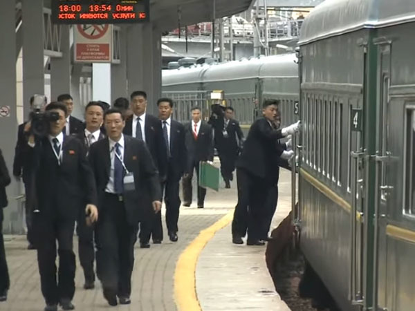 Пыльный бронепоезд Ким Чен Ына охранники протирали на ходу. Северокорейский лидер добрался до Владивостока