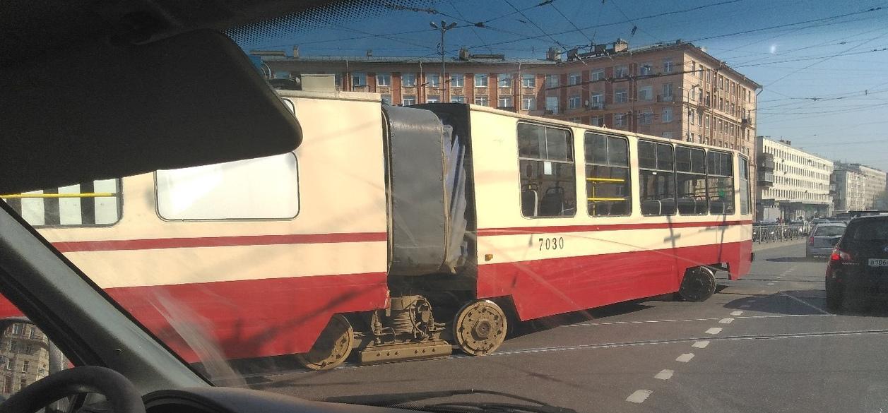 Трамвай на Заневской унесло с путей, колёса потеряли направление (Иллюстрация 1 из 1) (Фото: «ДТП и ЧП | Санкт-Петербург»/vk.com)