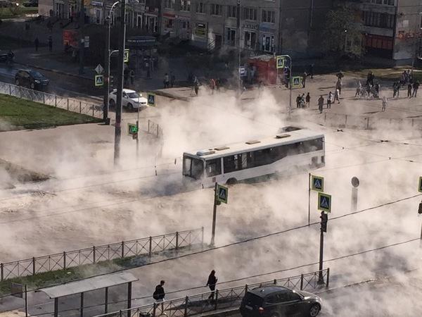 На перекрёстке Димитрова и Будапештской автобус застрял в озере кипятка, людей эвакуируют через люк на крыше