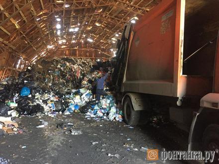 В Парголово полиция заглянула на самодельный полигон отходов. За шесть ангаров с мусором непонятный Олег заплатит не больше 2 тысяч рублей