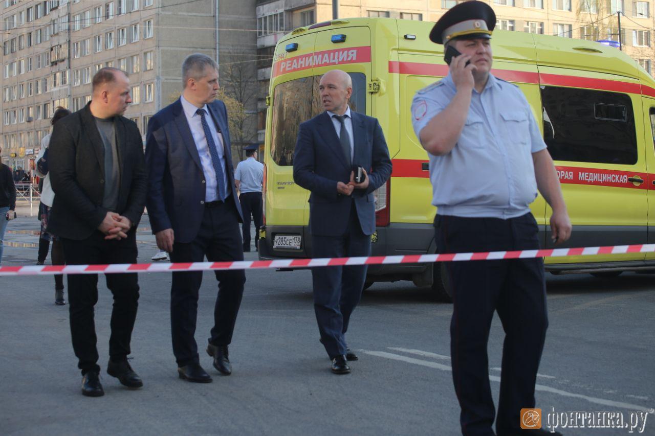Константин Серов (второй справа)