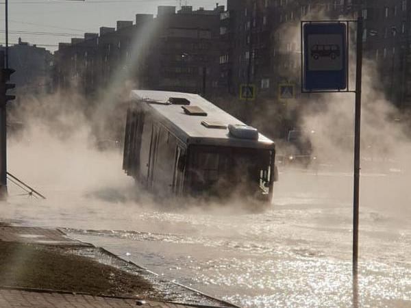 «Ну а мы с Лехой на панель полезли». Водители автобуса спасли пассажиров от кипятка в Купчино