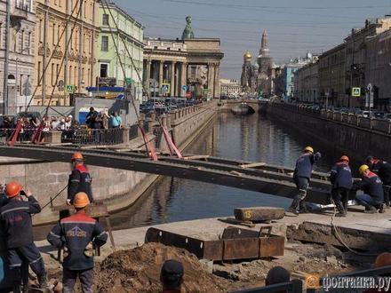 Банковский мост вернулся на место.  Грифоны — пока нет
