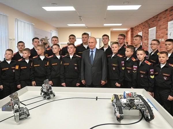 «Каждый сам все делает». У роботов Суворовского училища, которых показывали Путину, нашли южнокорейские корни