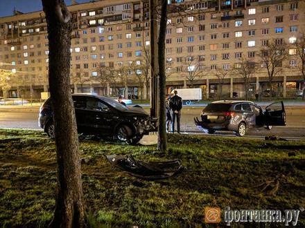 На Бухарестской две машины влетели друг в друга и в столб. Помощь водителям оказали случайно проезжавшие мимо пожарные