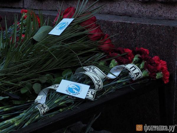 Возле «Технологического института» почтили память погибших в теракте. У вестибюля снова гора цветов
