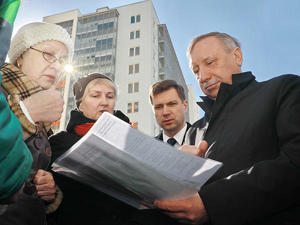 «Вылизали, как кот яйца». Беглов приехал к долгостроям ГК «Город» и научил дольщиков ходить в суд