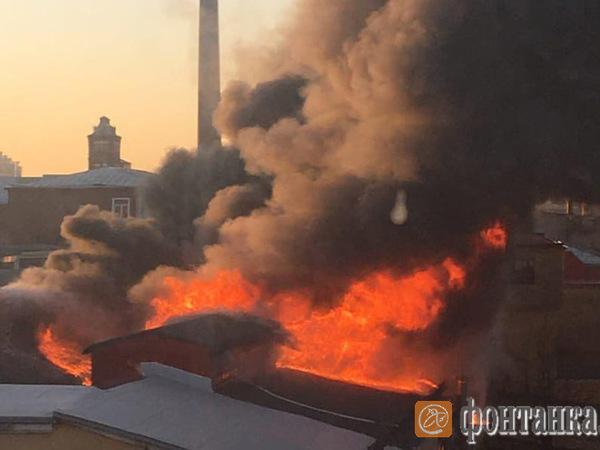 Смотрите, как горел корпус завода «Красная нить». «Фонтанка» публикует видео