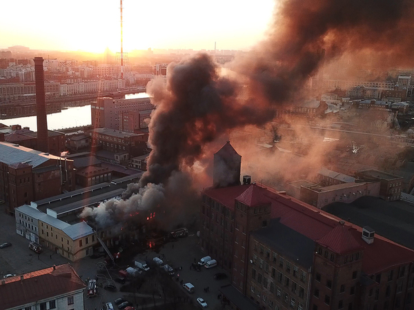 «Нормально так полыхает». Пожар на фабрике «Красная нить» мог опалить птиц – показываем самое грандиозное видео