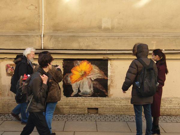 Петербургский художник устроил галерею в переулке Радищева, а коммунальщики не пожалели для неё краски