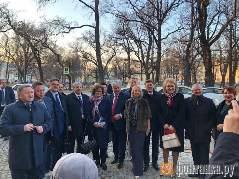 Сенаторы (в центре)  Екатерина Лахова, Виктор Бондарев, Лилия Гумберова, Олег Ковалев