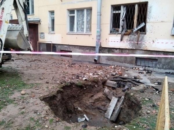 Кипяток из дефектной трубы выбил окна дома на 2-й Комсомольской. Погибла женщина, ее сын в больнице
