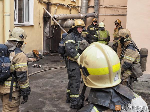 В центре Петербурга сотню человек оторвали от позднего завтрака. В ресторане загорелась вытяжка