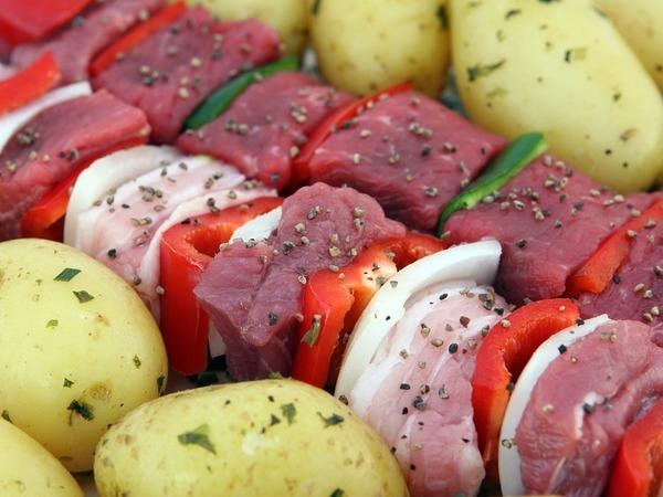 «Надавите на него пальцем». В петербургском Роспотребнадзоре перед праздниками рассказали, как выбирать мясо для шашлыка