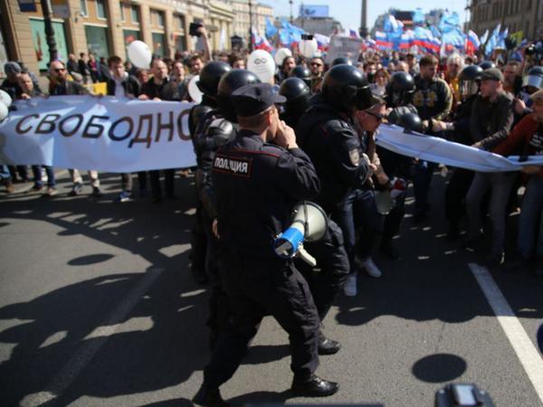 ОМОН пошёл на толпу. На первомайском шествии в центре Петербурга начались задержания
