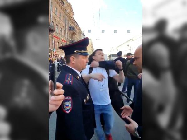 Кадр дня задержаний в Петербурге: полицейский выполнил прыжок с захватом на мирно стоявшего демонстранта