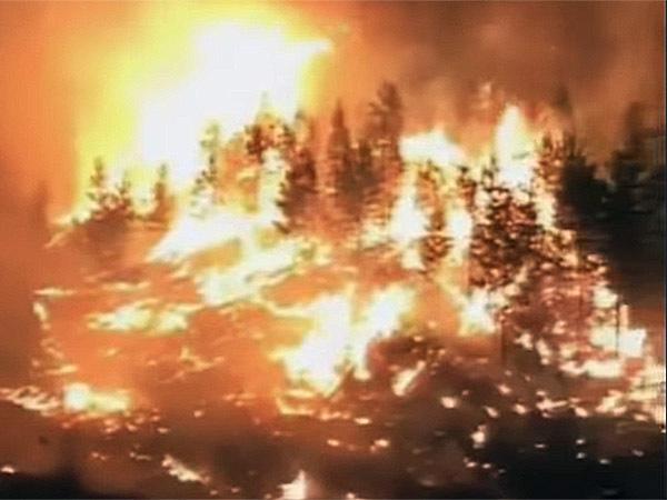 Огонь уничтожает тайгу Урала и Сибири. Власти не справляются, вводят режим ЧС и обвиняют население