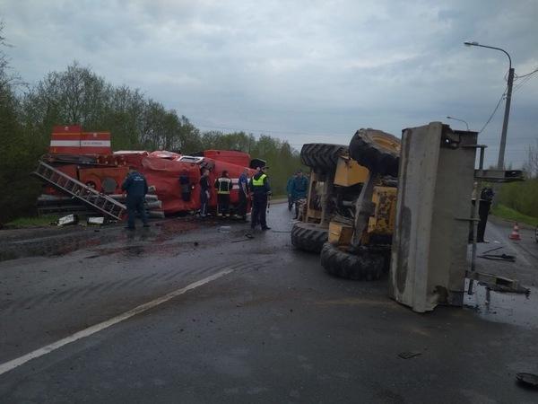 Перевёрнутые трактор и пожарная перекрыли дорогу в Колпино. Спасатели не доехали до другого серьёзного ДТП