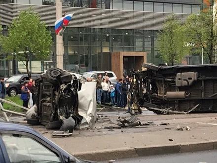 Угодил в лужу. В ГИБДД рассказали, как на Бухарестской перевернулись машины и кто влетел в трамвай