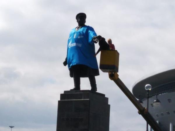 Кирова у стадиона одели в футболку «Зенита»