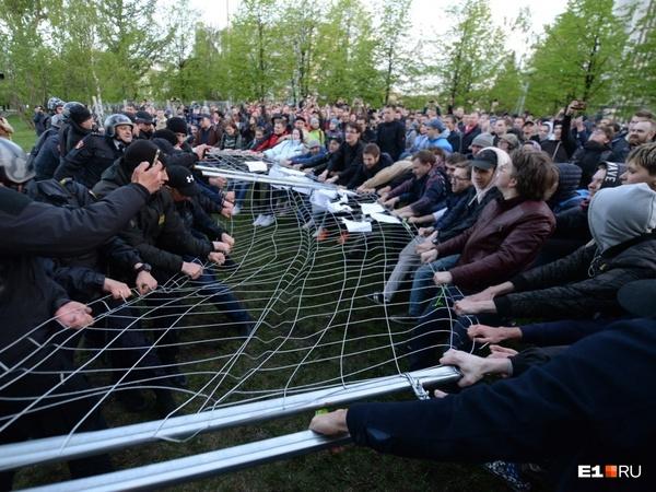 Под 30 задержанных, несколько раненых и забор на дне реки. Итоги битвы за храм в Екатеринбурге