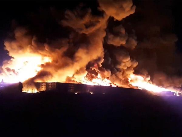Пожар под Петербургом тушат по повышенному номеру сложности. Местных жителей просят закрыть окна, пары могут быть токсичными