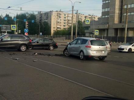 У школы в Рыбацком мотоциклист сбил подростка, а на проспекте Испытателей столкнулись три машины