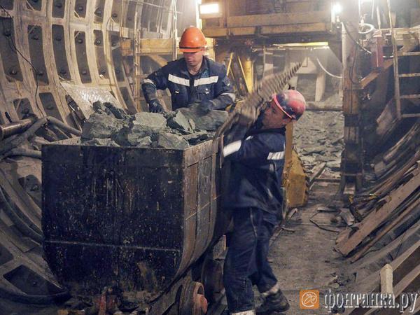 «Петровна» рвется к «Спасской». «Фонтанка» спустилась в шахту строящейся станции метро «Театральная»