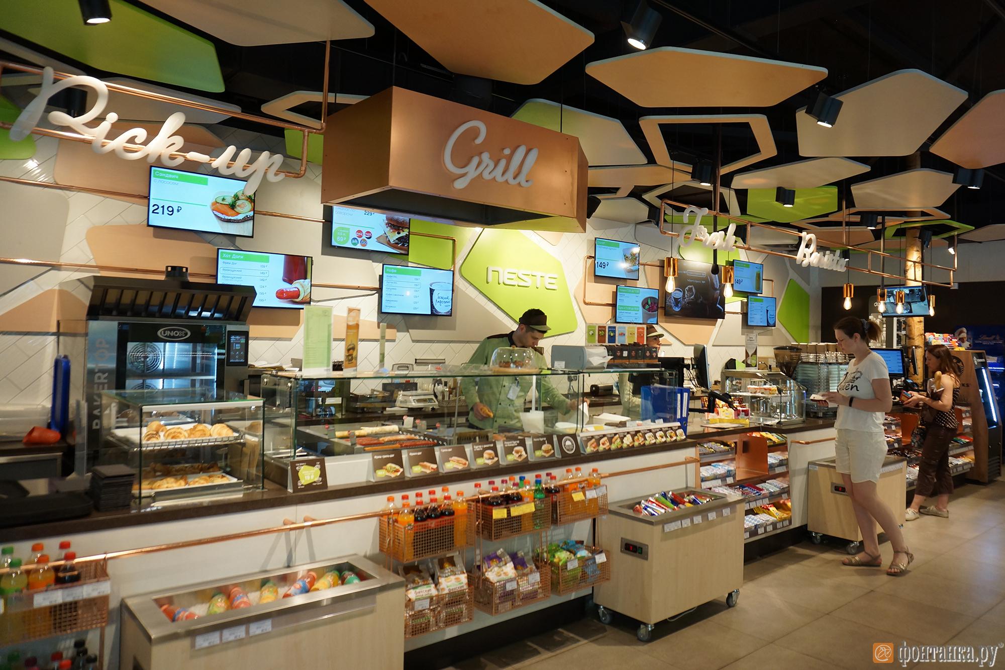 На станции «Елизаветинская» в супермаркете множество различных товаров повседневного спроса