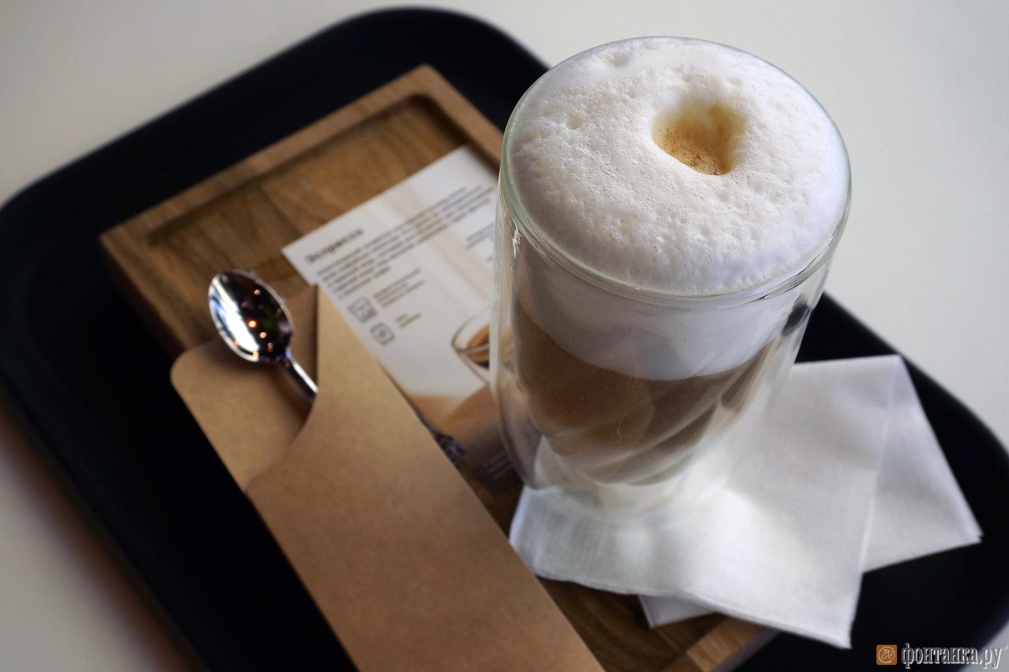 Ароматный напиток приносят в специальной посуде для сервировки (а не в пластиковых стаканах), которая позволяет подчеркнуть вкус