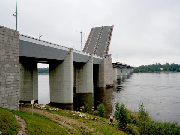 На Ладожском мосту начинают укладывать асфальтобетон. Закрывать будут по одной полосе