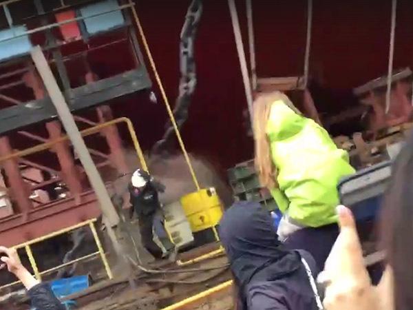 Якорная цепь рухнула во время спуска ледокола «Урал» в Петербурге. «Балтзавод»: зрителям ничего не угрожало