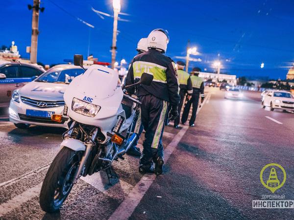 В Петербурге три экипажа ДПС ловили одного мотоциклиста. Когда поймали, составили на него 15 протоколов