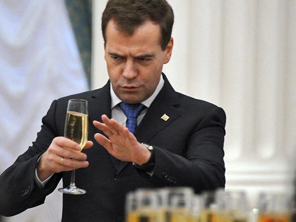 За любовь к отечеству. Без какого вина Медведев оставил чиновников Петербурга