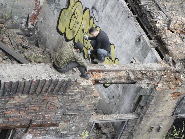 Градозащитники сообщают о новом «распиле» на «Красном треугольнике». Там режут балки под кровлей